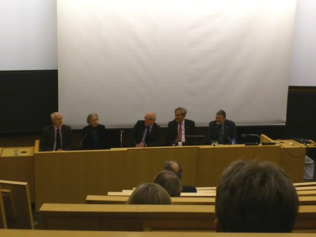 Diskutanten des Symposiums - v.l.n.r Gunnar Öquist, Katharine Gebbie, Mats Larsson, Claude Cohen-Tannoudji, William D. Phillips