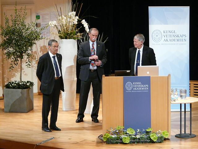 Dank nach den Vorträgen durch den Vorsitzenden des Nobelkomitees für Physik. Von links nach rechts: Serge Haroche, David J. Wineland, Björn Jonson.